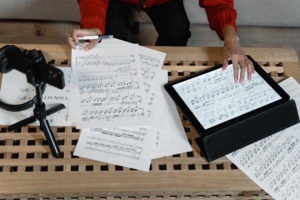 Musiikkikustantamisen vuosi 2020 maailmalla ja Suomessa